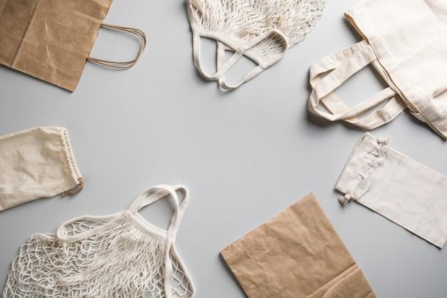 Herbruikbare tas van gaas, katoen en net voor een levensstijl zonder afval op grijs.