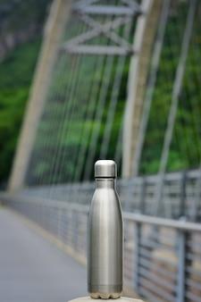 Herbruikbare waterfles roestvrijstalen herbruikbare waterfles op de brug