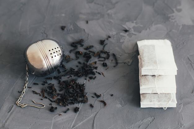 Herbruikbare zeef en papieren theezakjes