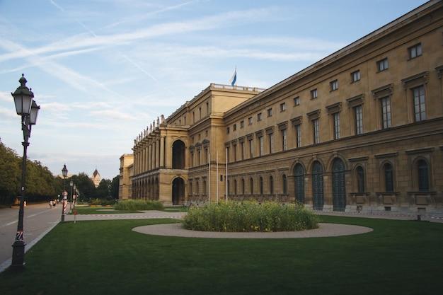 Hercules hall omgeven door groen onder het zonlicht overdag in münchen in duitsland