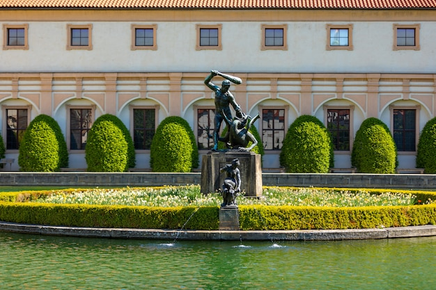 Hercules-standbeeld in het midden van een vijver in de waldstein-tuin in praag, tsjechische republiek