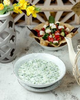 Herderssalade met witte kaas en zure room met kruiden