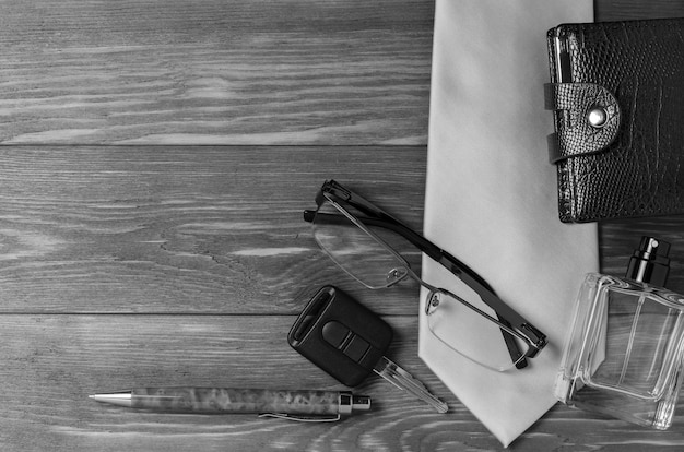 Heren accessoires en stropdas op een houten achtergrond. het concept van het beeld van een moderne succesvolle persoon