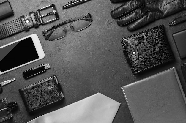 Heren accessoires op een donkere betonnen achtergrond