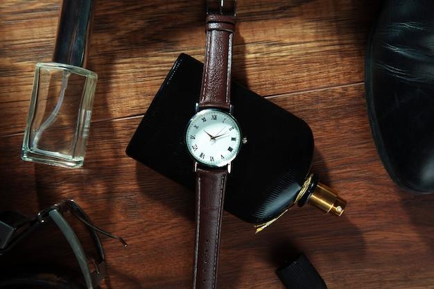 Heren accessoires op houten tafel