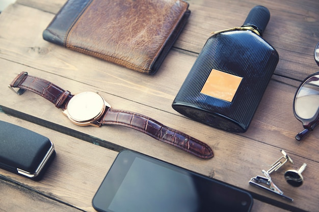 Heren accessoires op tafel