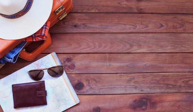 Heren casual outfits met man kleding, reisvoorbereidingen en accessoires op hout