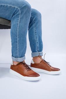 Heren casual schoenen zijn bruin met natuurlijk leer, mannen op de schoen in bruine veterschoenen. hoge kwaliteit foto
