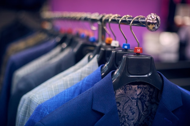 Heren jassen op hangers in de herenwinkel