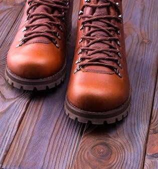 Heren laarzen. winter herenschoenen op een houten ondergrond.