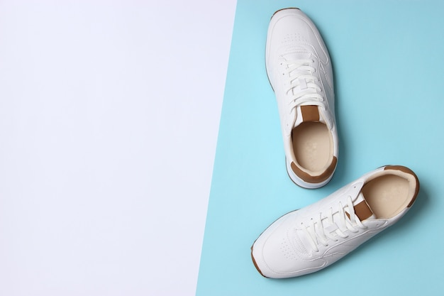 Heren sneakers op een gekleurde achtergrond bovenaanzicht herenschoenen minimalisme footwear