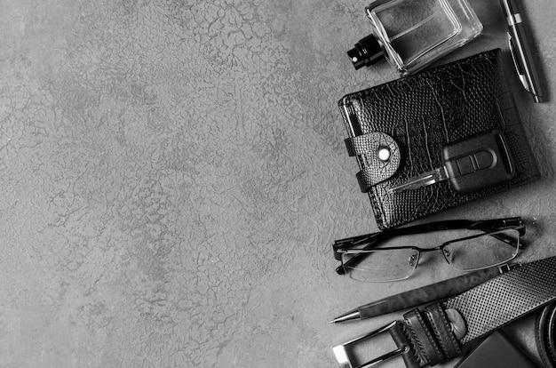 Herenaccessoires op een zwarte betonnen achtergrond