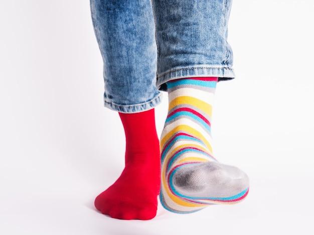 Herenbenen en lichte sokken. zonder schoenen. detailopname. stijl, schoonheid en elegantie concept