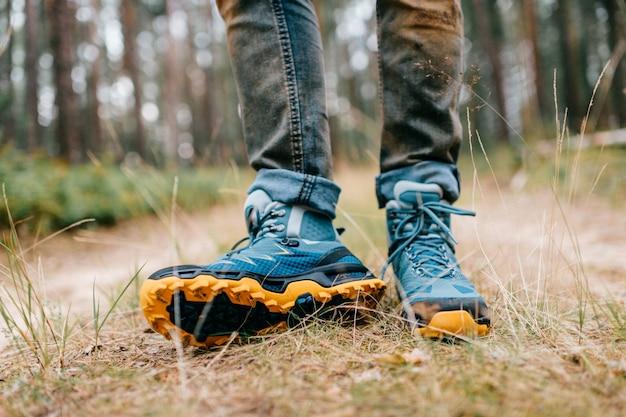 Herenbenen in wandelschoenen voor buitenactiviteiten op bosweg