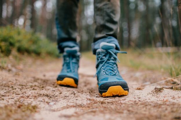 Herenbenen in wandelschoenen voor buitenactiviteiten.