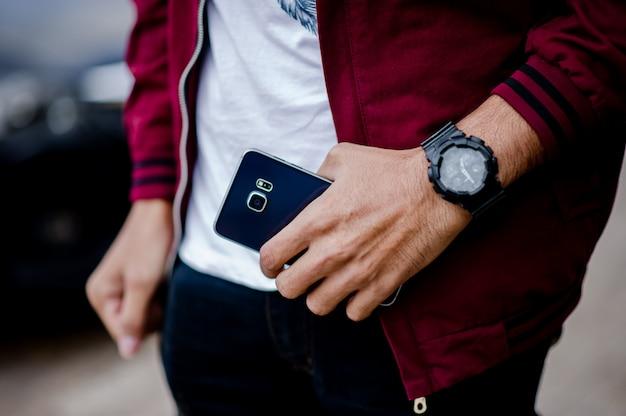 Herenhanden en horloges zoals het dragen van een polshorloge
