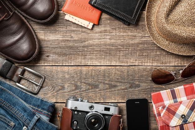 Herenkleding en accessoires op houten planken