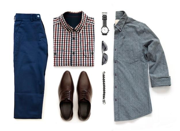 Herenkleding set met bruine schoenen, horloge, broek, zonnebril, kantoor shirt en armband geïsoleerd op een witte achtergrond, bovenaanzicht