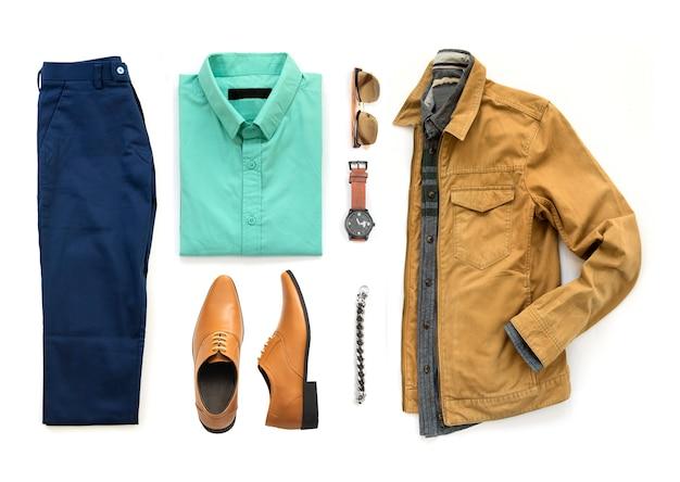 Herenkleding set met oxford schoenen, horloge, blauwe broek, zonnebril, kantoor shirt en gele jas geïsoleerd op een witte achtergrond, bovenaanzicht