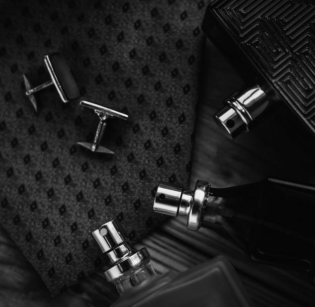 Herenmode accessoires. parfum met stropdas en manchet