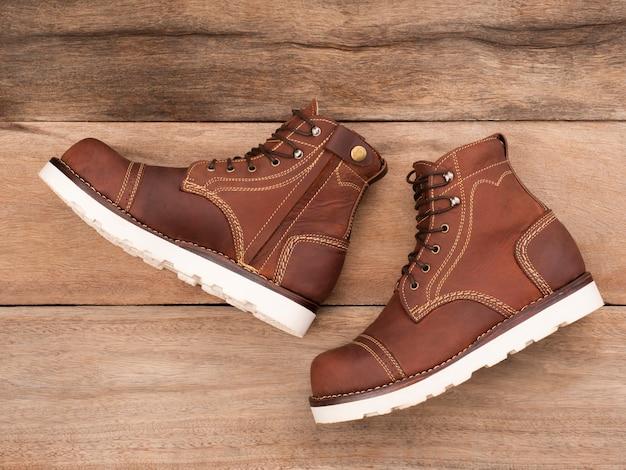 Herenmode bruine laarzen met rits. modieus ontwerp met stalen neuslaarzen op maat gemaakt voor motorrijders.
