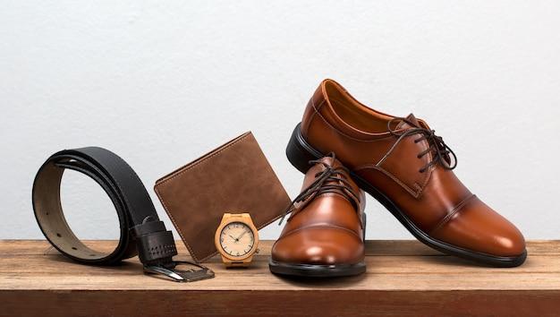 Herenmode riem en fotoleder heren schoenen.