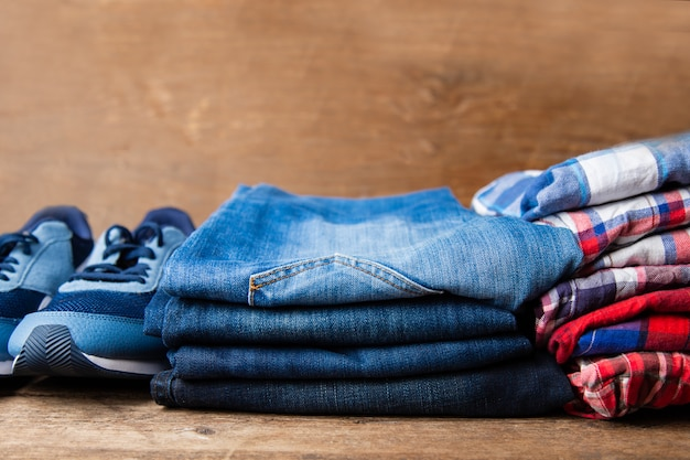 Herenoverhemden geruite jeans en sneakers