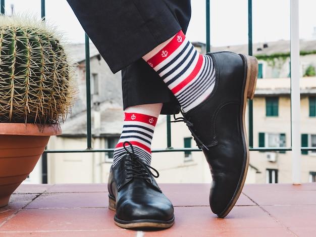 Herenpoten, stijlvolle schoenen en kleurrijke sokken