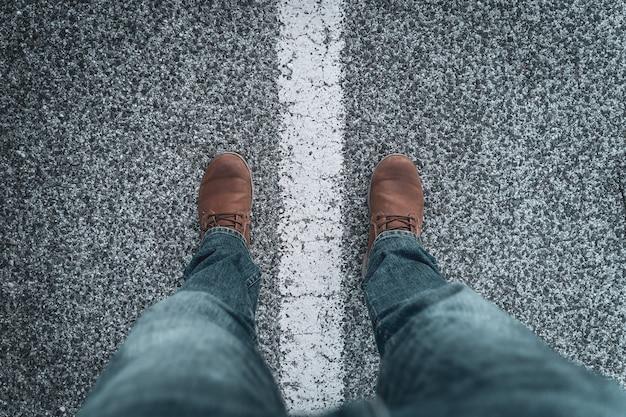 Herenschoenen en benen voor onderweg op de lijn. concept van exploratie en avonturen.