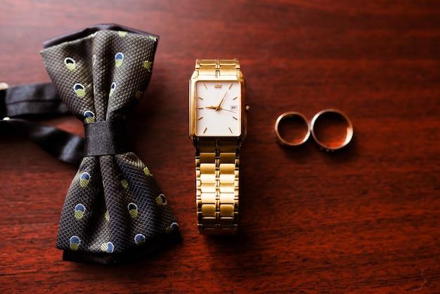 Herenschoenen, horloges en stropdassen.