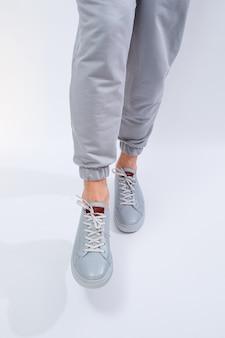 Herensneakers op een zeer grijze dag van natuurlijk leer, herenbenenschoenen in grijze leren schoenen