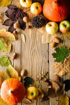 Herfst achtergrond, gevallen bladeren en pompoenen