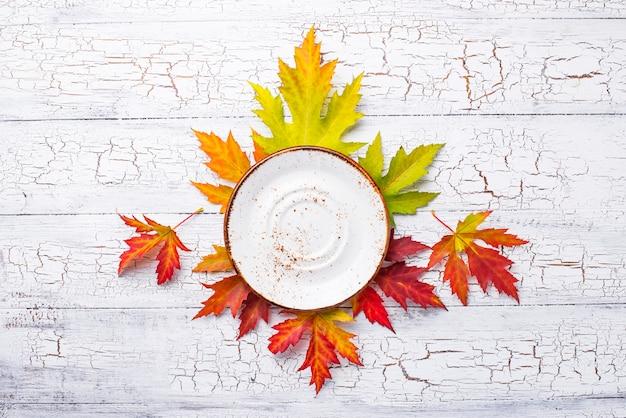 Herfst achtergrond met plaat en bladeren