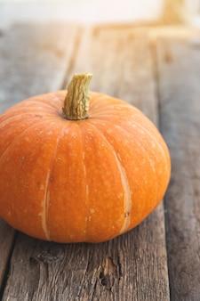 Herfst achtergrond natuurlijke herfst herfst weergave pompoen op houten achtergrond inspirerende oktober of s...