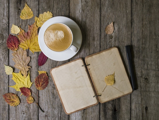 Herfst achtergrond op een houten tafel met herfst droog gekleurde bladeren