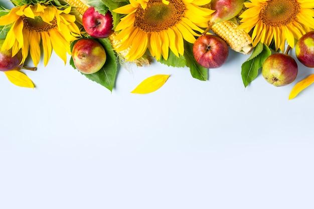 Herfst achtergrond. rand van zonnebloem, maïs en peren. oogst vakantie concept