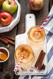 Herfst appelcidercocktail met kruiden en appelschijfjes. selectieve aandacht.