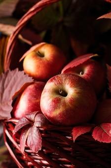 Herfst appeloogst. rode appels in de herfstscène. appels zijn dichtbij