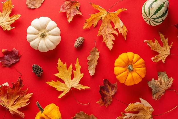 Herfst arrangement met bladeren en pompoen