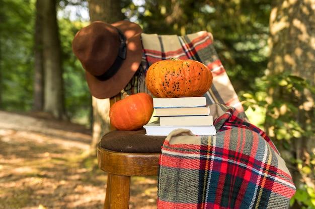 Herfst arrangement met deken en boeken op stoel