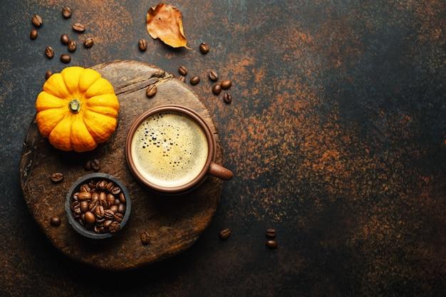 Herfst arrangement met koffie en pompoen