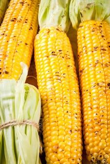 Herfst bbq, gegrilde maïs op witte marmeren tafel, bovenaanzicht kopie ruimte