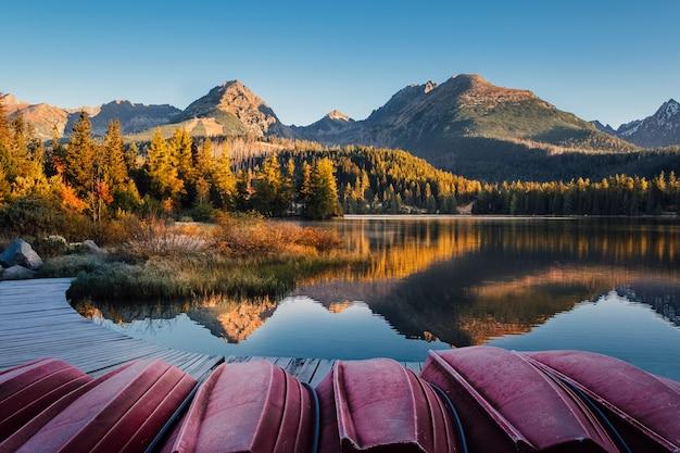 Herfst bergmeer met boot