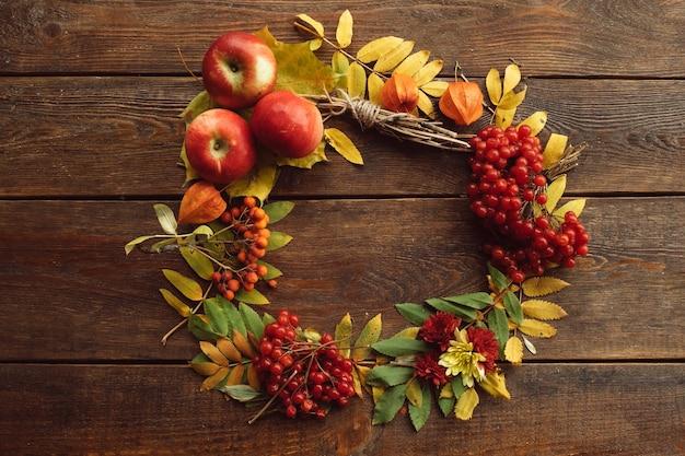 Herfst boeket rijp krans hout oppervlak concept. kleurrijke herfst.
