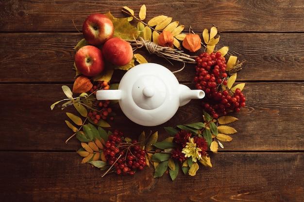 Herfst boeket rijpe warme thee krans hout oppervlak concept. kleurrijke herfst. ziektepreventie