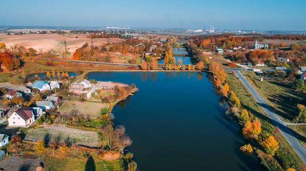 Herfst bos en rivier luchtfoto