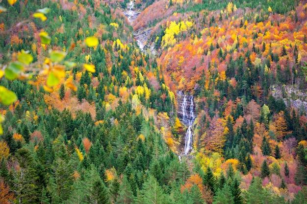 Herfst bujaruelo ordesa waterfal in kleurrijke herfst bos huesca