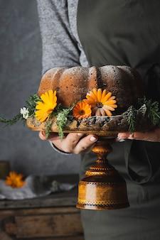 Herfst bundt cake met pompoen op rustieke tafel