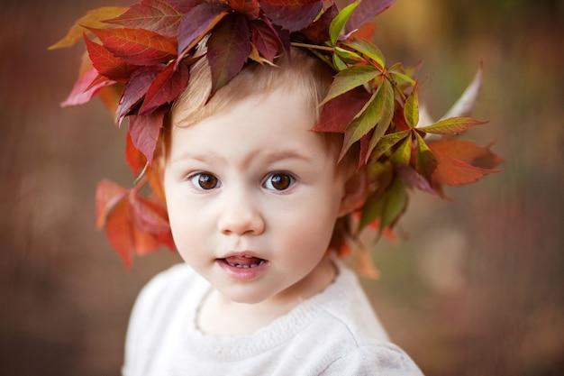 Herfst close-up portret van klein meisje halloween en thanksgiving tijd leuk voor familie