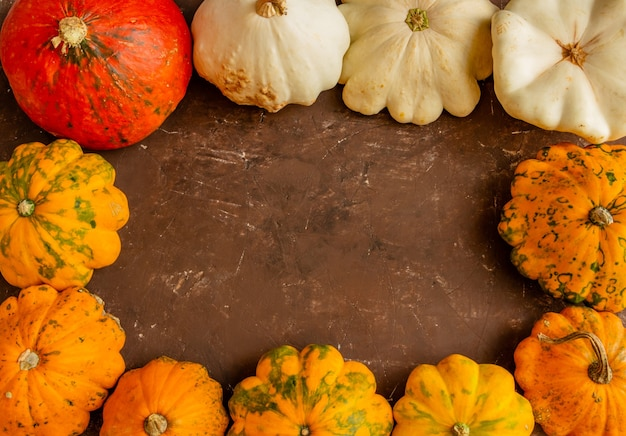 Herfst compositie pompoen op bruine achtergrond thanksgiving of halloween concept plat lag kopie ruimte